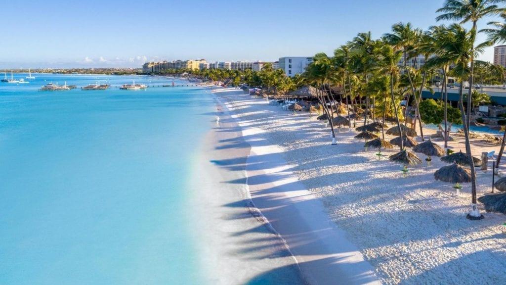 A long stretch of white sand beach at Holiday Inn Aruba (Photo: Holiday Inn Aruba)