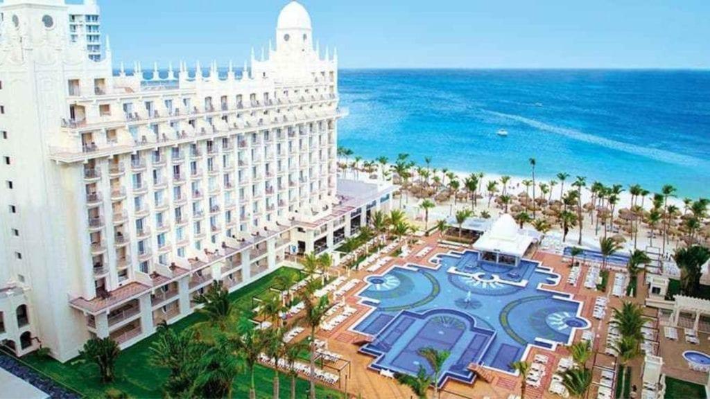 The pool and beach at Hotel Riu Palace Aruba (Photo: Hotel Riu Palace)