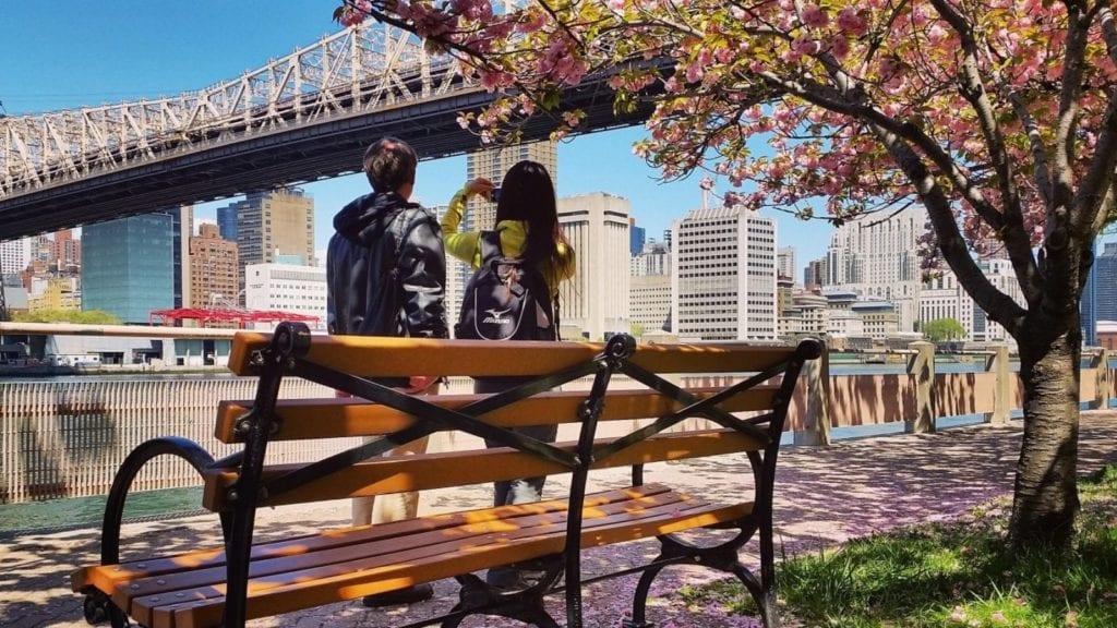Tourists taking photos of Manhattan Bridge in New York (Photo: @vinnikava via Twenty20)
