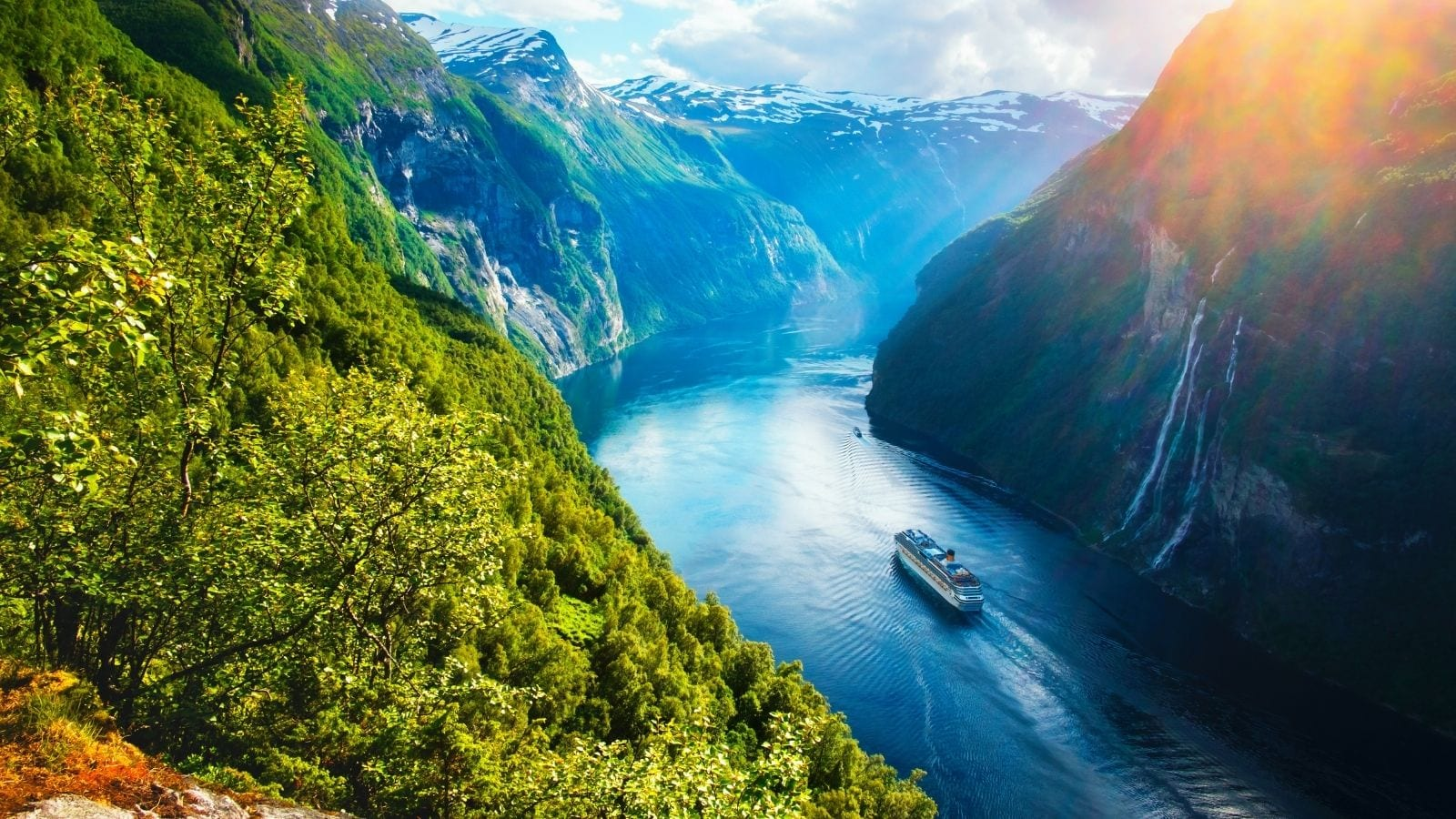 Breathtaking view of Sunnylvsfjorden Fjord with cruise ship in Norway (Photo: Smit / Shutterstock.com)