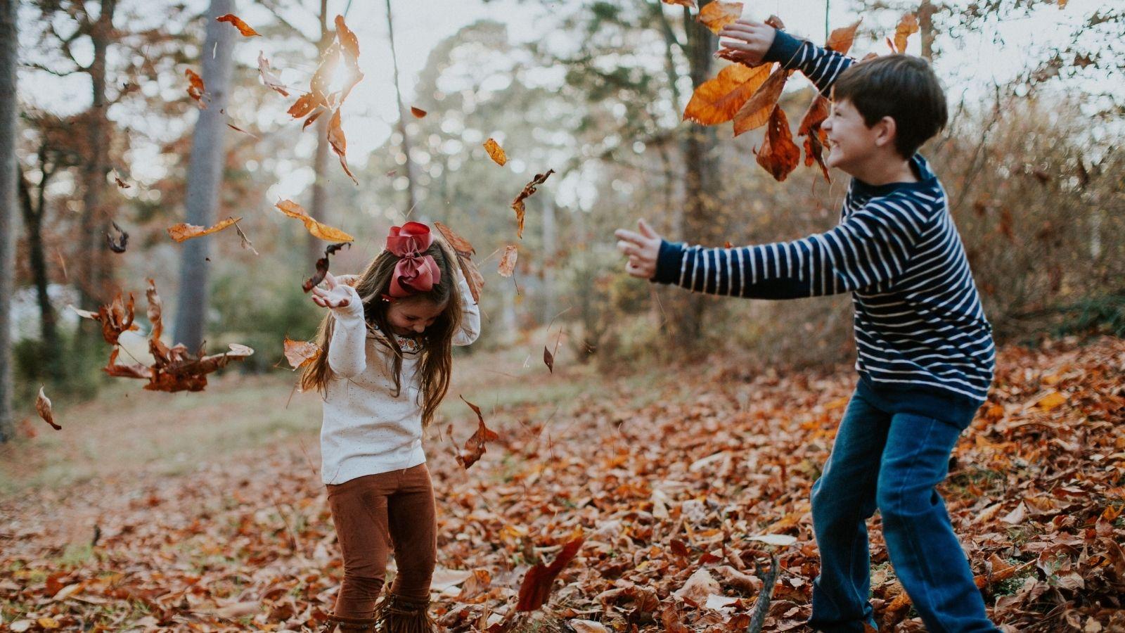 Kids playing together on a New England fall getaway (Photo: @hannitary via Twenty20)